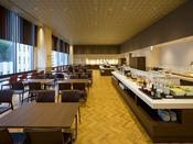 【朝食会場:スパッチオ】大きな窓から朝の光が差し込む、開放感あふれる会場で自慢の朝食をご堪能下さい