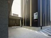 ホテル側面(広瀬病院様側)に駐車場入場口がございます