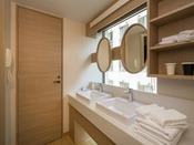 【洗面所イメージ】デラックスタイプは明るい日差しを取り込む、窓に面した独立型です