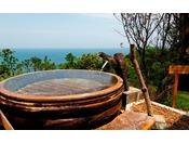 【大湯屋「海つばき」】長年梅干の漬け込みに使われた梅樽を湯船にしました。独特の木の風合いが楽しめます。