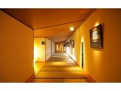 【湯回廊】波の抄へ向かう渡り廊下には風景写真がずらりと並んでいます。壁には和歌山南部の景勝地等、情緒溢れる写真を展示しております。