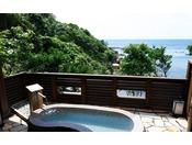 【貸切露天風呂「石匠の湯」】つややかな石造りの浴槽を備えています。