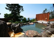 【大湯屋「海つばき」】温泉につかり、昼間は青い海や緑の木々・夜は夜空をお楽しみください。