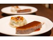 【軽食 「にら饅頭&味噌こんにゃく」】夕食が20:00からのお客様にご用意しております。小腹がすいたときにいかがですか。(お日にちによっては行っていない場合がございます)