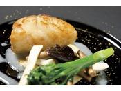 底引き網で水揚げされた富山湾産のアンコウのプリプリポワレ安曇野産米と日本酒のソース