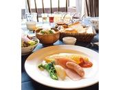新鮮な素材・旬の食材にこだわった五千尺キュイジーンのご朝食。お粥やおにぎりのご用意もございます。