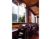 喫茶「5HORN」店内、窓からは河童橋やアルプスがご覧いただけます。