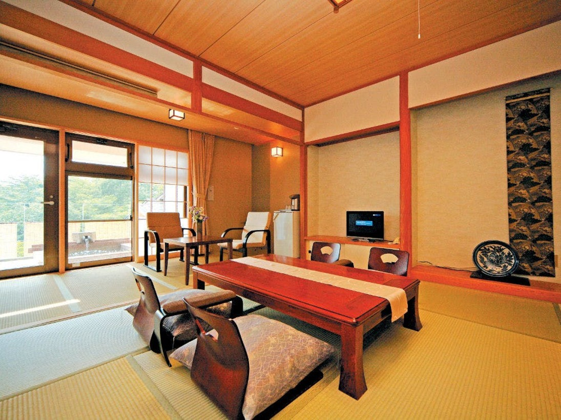【2階客室一例】デザイナーがコーディネートした落ち着いた雰囲気の純和室