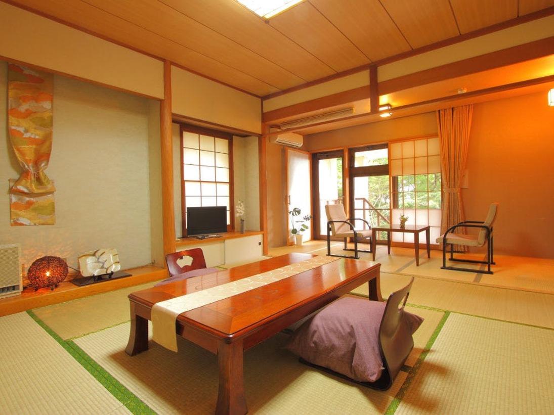 【1階客室一例】デザイナー演出の趣深い純和室。充実のアメニティをご用意しております♪