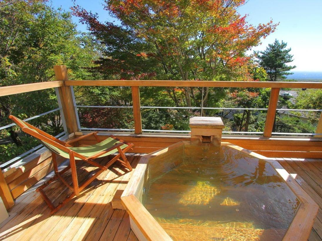 那須岳や関東平野を望む展望露天風呂(2階客室一例)。趣向の異なる四種(岩、陶器、檜、御影石)の湯船あり♪