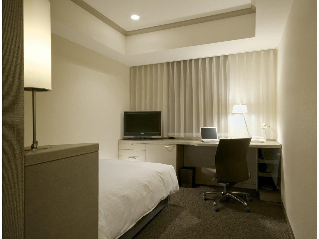 ビジネス・シングル(17.5平米)IT回線を備えた使い勝手のいいデスクを機能的に配置した、書斎のような空間です。
