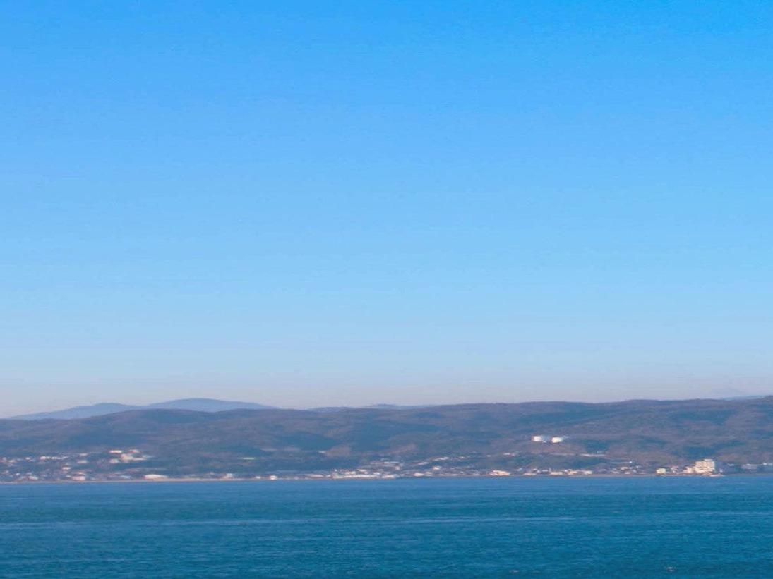 部屋から眺める明石海峡大橋、広がる空、紺碧の海。一つ一つが目に焼きつくほど感動的