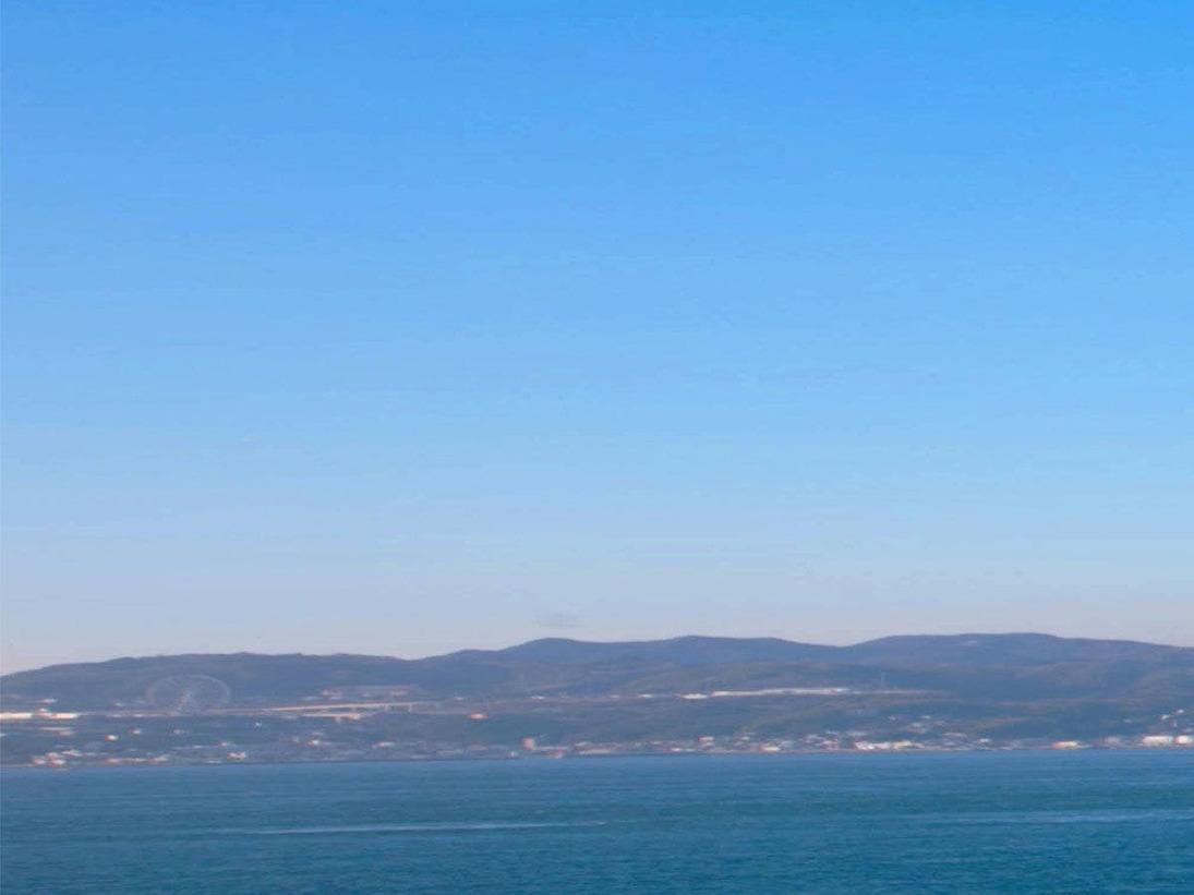 空の青と海の青が美しい朝の明石海峡。ご朝食のあとは、海岸の散策などいかがでしょうか?