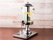 コーヒーが苦手なお客様にはさっぱりとして飲みやすいレモンウォーターをご用意しております