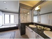 【最上階22階ラグジュアリールーム】のバスルーム&洗面台。日常から離れたひと時をお過ごしください。