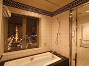 22階ラグジュアリールームのバスルーム。広くとったバスルームから望む夜景もこの部屋だけの特典。