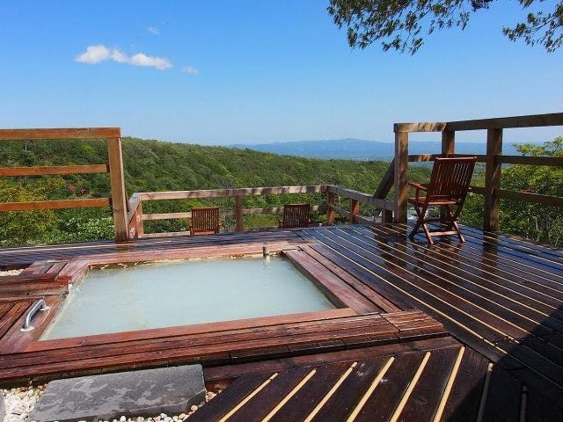 晴れていれば八溝山・筑波山まで見渡せる那須湯本で一番眺望の良い男性露天風呂。鹿の湯と同じサイズの湯船に鹿の湯源泉をたっぷりとかけ流し。