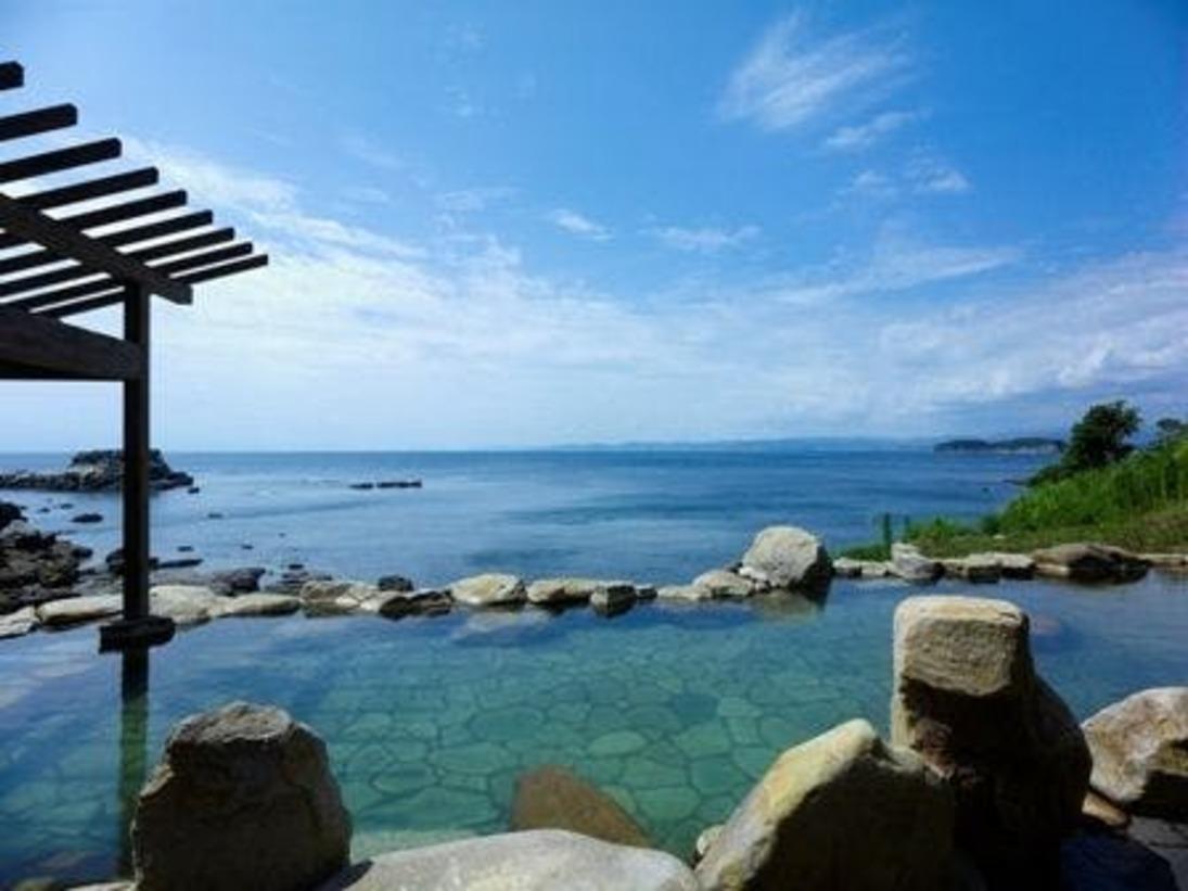 【混浴露天風呂「浜千鳥の湯」】当館自慢の太平洋を一望できる混浴露天風呂です。