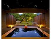 【星空の湯(貸切露天風呂)】お洒落で洗練された、くつろぎの空間をご用意しました。ご家族で、カップルで、グループで、生温泉を贅沢に満喫してください。