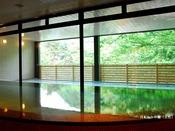 【月あかりの湯(女性)】広々とした湯浴処、源泉かけ流し。豊かな生温泉をこころゆくまでお楽しみください。