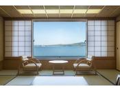 全室、七尾湾の美しい眺望を楽しめる純和風客室。大きくとった窓に映る自然の情景は、まるでパノラマ写真を見ているかのよう。時の経つのを忘れながら、心地よいひとときをお過ごしください。