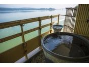 趣ある信楽焼の陶器風呂にゆったりと浸かりながら海を眺められる、当館でも人気のお部屋。※お湯は温泉ではございません。