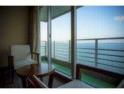 波静かな七尾湾を一望できる純和風客室。対岸の能登島となだらかな曲線を描く能登島大橋、また西の方角にはツインブリッジも眺めることができます。お天気の良い朝、能登島大橋方面から朝日が昇る「御来光」は感動のひと時です。