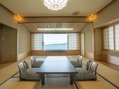 【瑞仙 3~8階】海が見える、波静かな七尾湾の美しい眺望を楽しめる純和風客室。大きくとった窓に映る自然の情景は、まるでパノラマ写真を見ているかのよう。和室10畳/テレビ/冷蔵庫(空になっております)/バス・トイレ付/