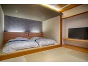 二間続きの特別客室。和室14畳+12.5畳の二間続きのお部屋。2部屋の間に水回りがあり、扉にて行き来可能。布団最大8名+ベット2台の合計10名利用でご宿泊できます