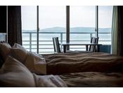 海側に面したツインのベッドルーム。「和モダン」の名の通り、和の趣を残したお部屋ですので、ゆったりとおくつろぎいただけます。フロア全体が禁煙。Sealy社製ツインベッド使用