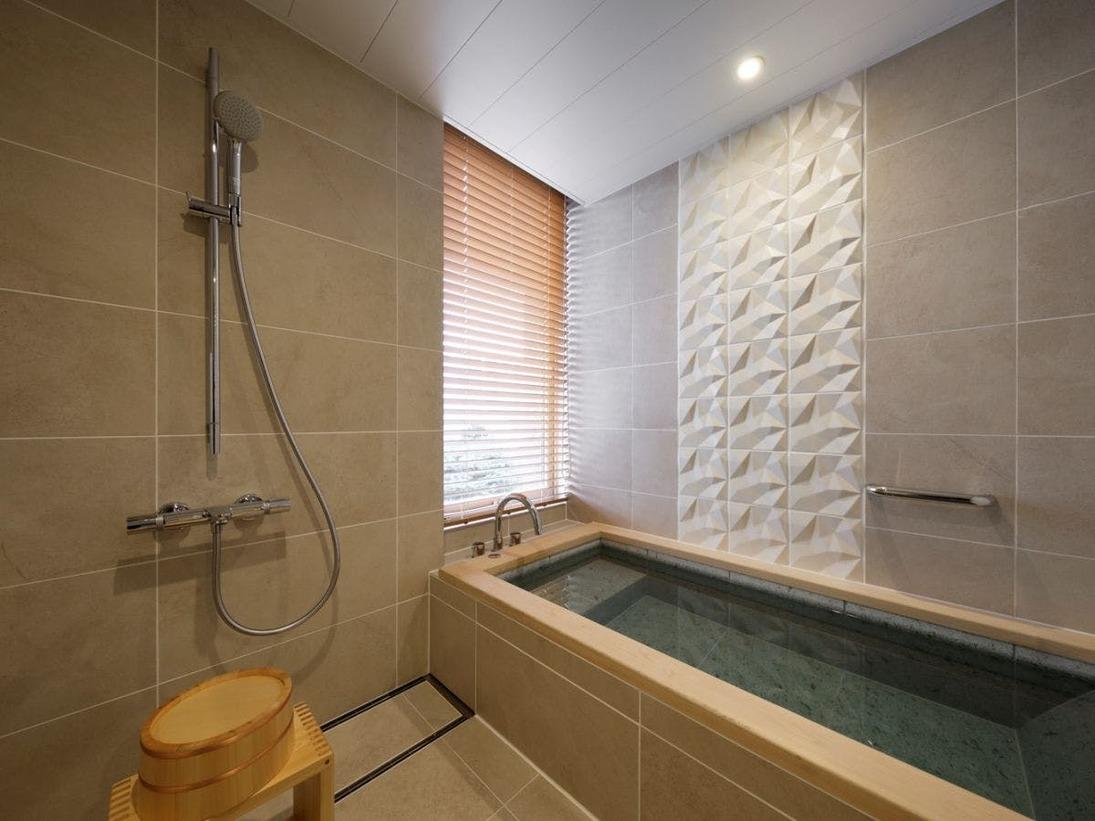 ゆったりとお過しいただけるよう、お風呂は檜と十和田石と組み合わせた浴槽を採り入れました。(和室A)