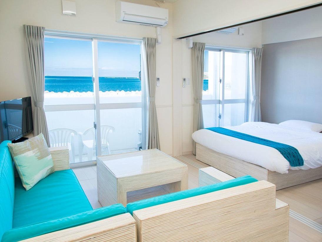【洋室1LDK(1F)】目の前に広がる青い海を感じる絶好の空間です
