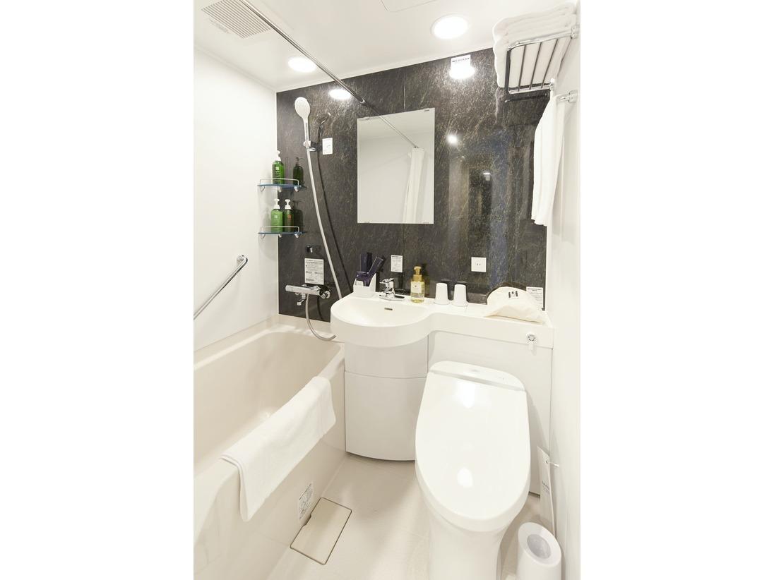 清潔感のあるユニットタイプのバスルームです。