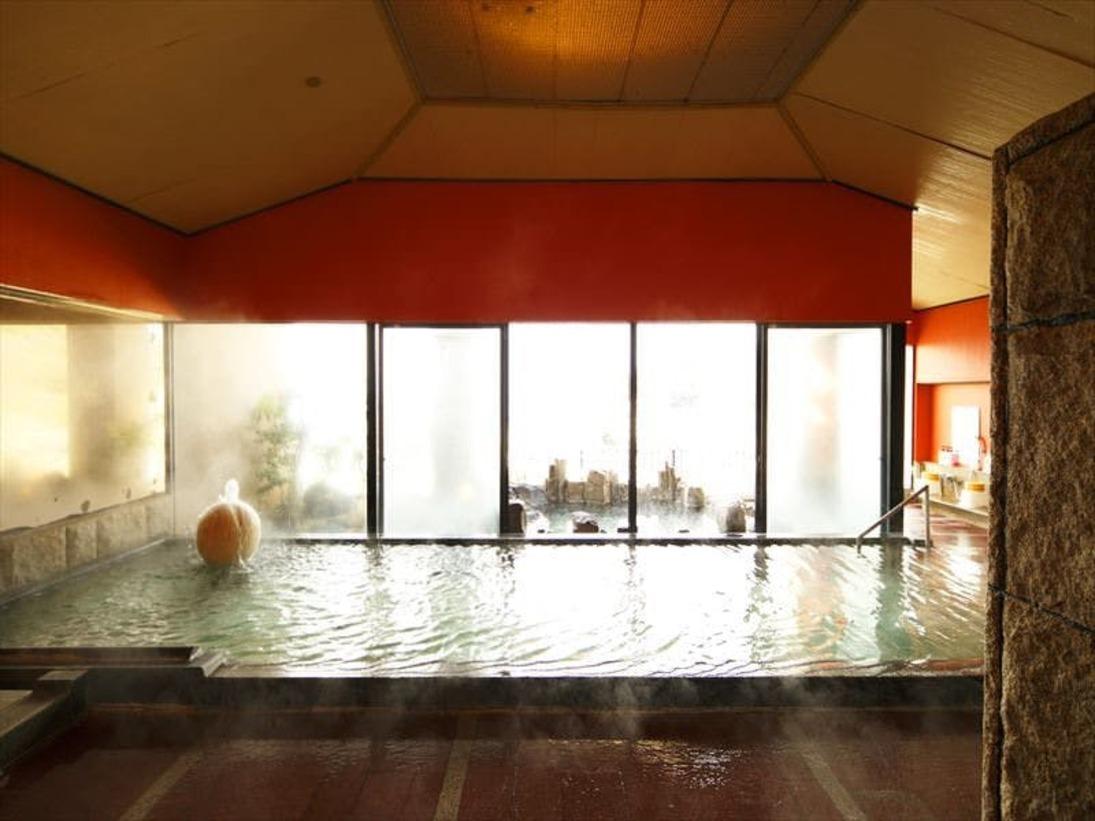 最上階に男女別大浴場と露天風呂、貸切露天風呂があり、各露天風呂からは駿河湾に沈む夕陽を一望する。