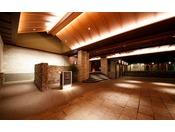 洗練された非日常の空間を演出する、広々としたホテルエントランスが皆様をお出迎え致します