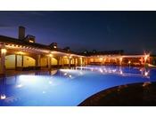 サマーナイトを楽しむリゾート感たっぷりの屋外プールは午後9時まで営業(例年7/1~9月中旬オープン)