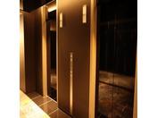 客室専用のエレベーターでございます。乗り換えが必要になりますが、セキュリティー面では安心してご宿泊いただけます。