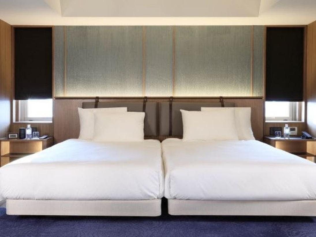 青を基調とした67平米の客室にはゆったりとしたソファと65インチのテレビのあるリビングルームをご用意。5~12階のお部屋は全て角に位置し、琉球タタミを使用した和の空間でお寛ぎ頂けます。