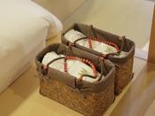 【客室備品:湯かご】タオルの入った湯かごをご用意。湯めぐりにお使いください。