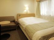 【本館:水月の庄】14平米セミダブルルーム。1人旅やカップルにおすすめのコンパクトな客室。