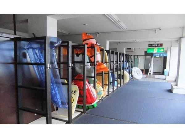 地下1階部分に「サーフボード置場」