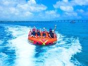 【トーイングチューブ】遠心力がかかりスリリングな滑走が楽しめるトーイングチューブ。ファミリーやグループで宮古島の海を満喫♪