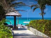 エメラルドグリーンの楽園が目の前に広がります。喧騒を離れて、のんびりした島時間をお楽しみください。
