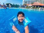 【アームヘルパー】小さなお子様でも安心してプールに入ることができます。ご宿泊のお客様限定で無料貸出しを行ってます。