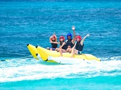 【バナナボート】小さなお子様でも楽しめるバナナボート。ファミリーやグループで宮古島の海を満喫♪