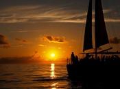 【サンセットクルーズ】海の上はまるで別世界。どこまでも続く広い海と空が日常を忘れさせ、別世界へと誘います。海の上でしか感じることができない、空間の広がりとゆっくり流れる時間をお楽しみください。