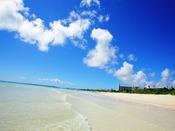 約7キロも続く『与那覇前浜ビーチ』。目の前に広がるこの美しい海は、訪れる人々の心を癒してくれます