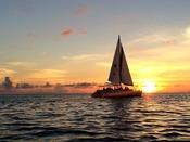【サンセットクルーズ】刻々と変わりゆく美しい夕景を眺め、爽やかな風を感じながら楽しめるクルージング。海の上でしか感じることができない空間の広がりと、ゆっくり流れる時間をお楽しみください。