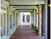"""心地良い潮風が通り抜ける回廊。周辺には、ショップ""""プルメリア""""やレストランがございます。"""