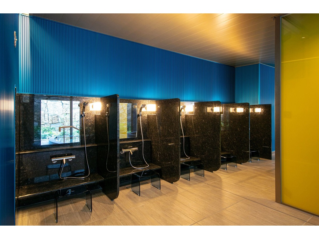 ■大浴場■仕切りを施しプライバシーを確保した洗い場